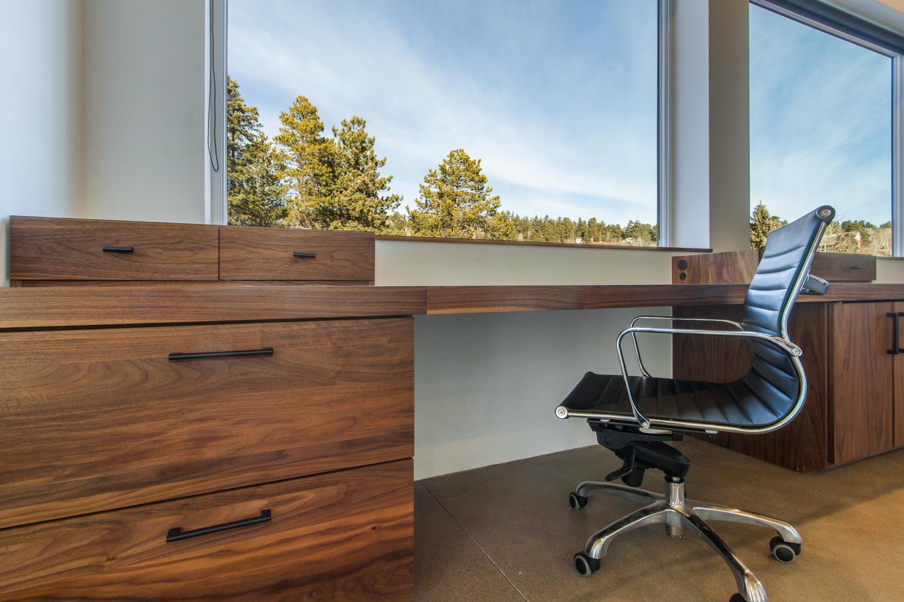 Desk-Detail_1800x1200_2882465.jpg