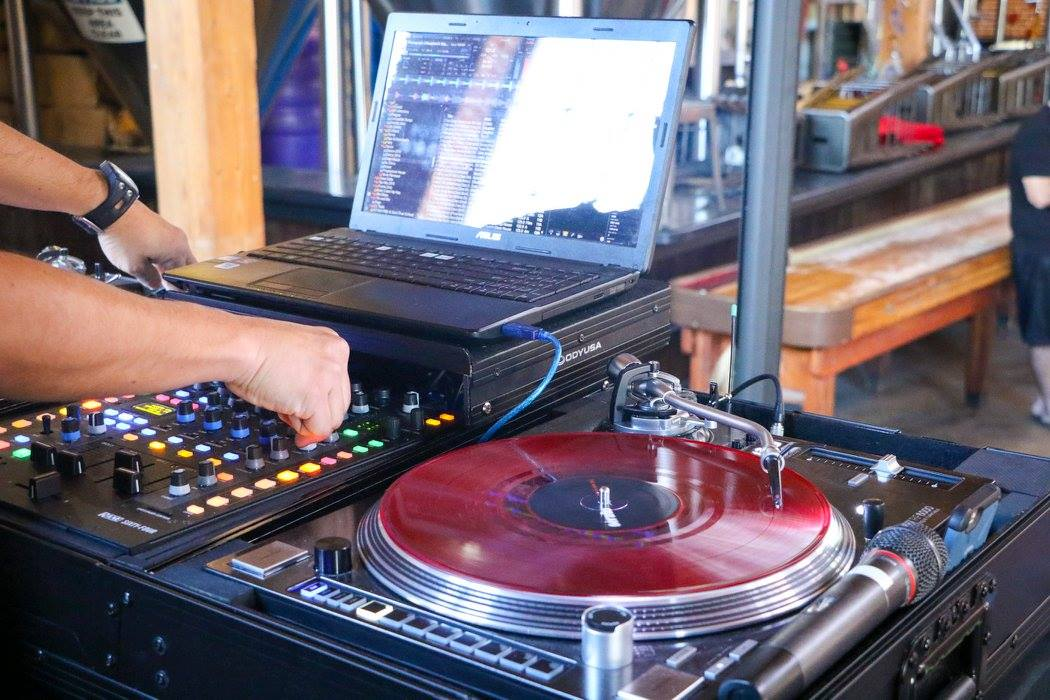 The Odyssey turntable case is perfect to transport two turntables and a mixer.