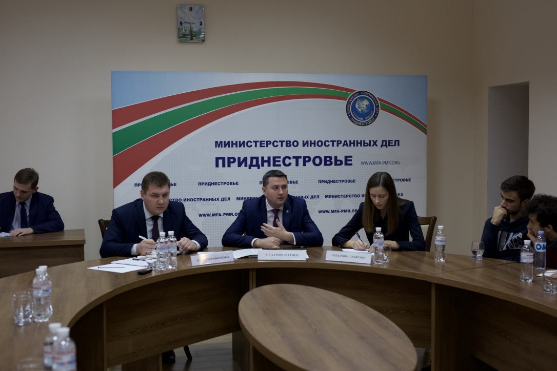Mr Alexander Khonitsk, Deputy Minister of the Ministry of Foreign Affairs of the Pridnestrovian Moldavian Republic (Transnistria), speaks with delegates in November 2017.