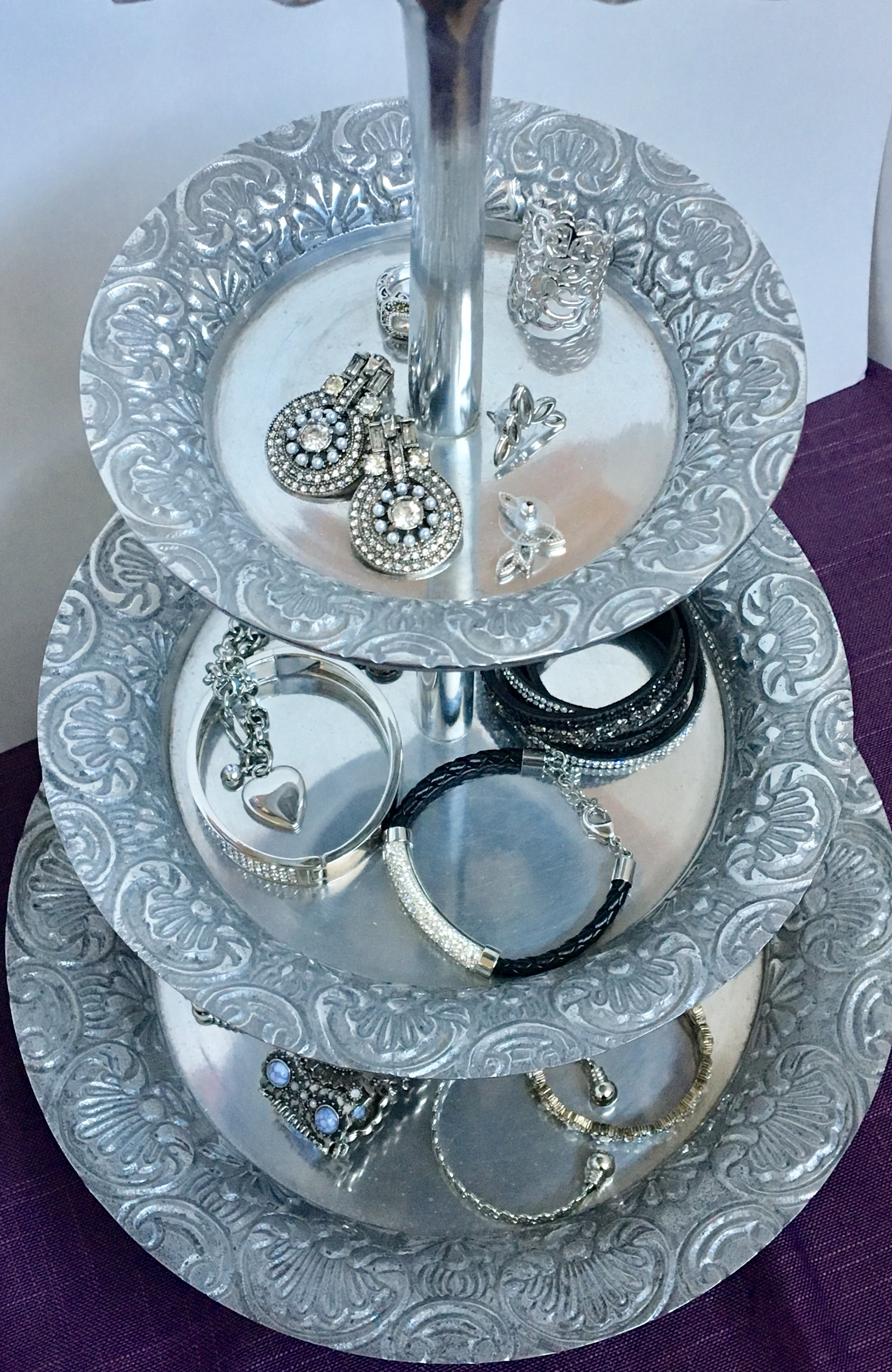 Tiered tray bracelet and earring organizing