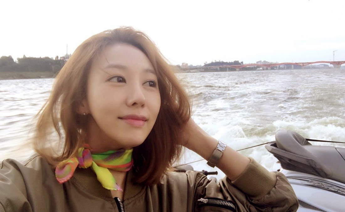 Buy fashion silk scarf style online, in Paris, Taipei and Tokyo.  Min Ji Young wears scarfs from a friend of mine. スカーフ 通販 女性 プレゼント.