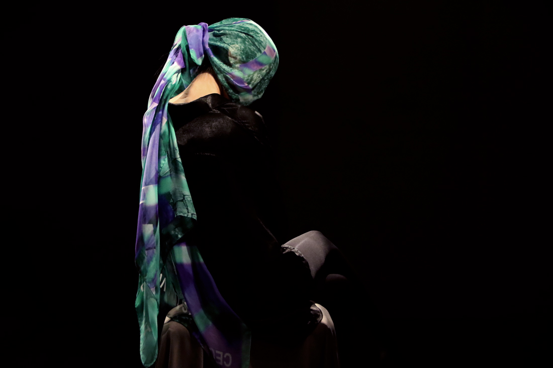 Shop statement silk scarf as gifts for women from a friend of mine. ファッションスカーフ  女性 プレゼント. 綠紫色精品絲巾造型.