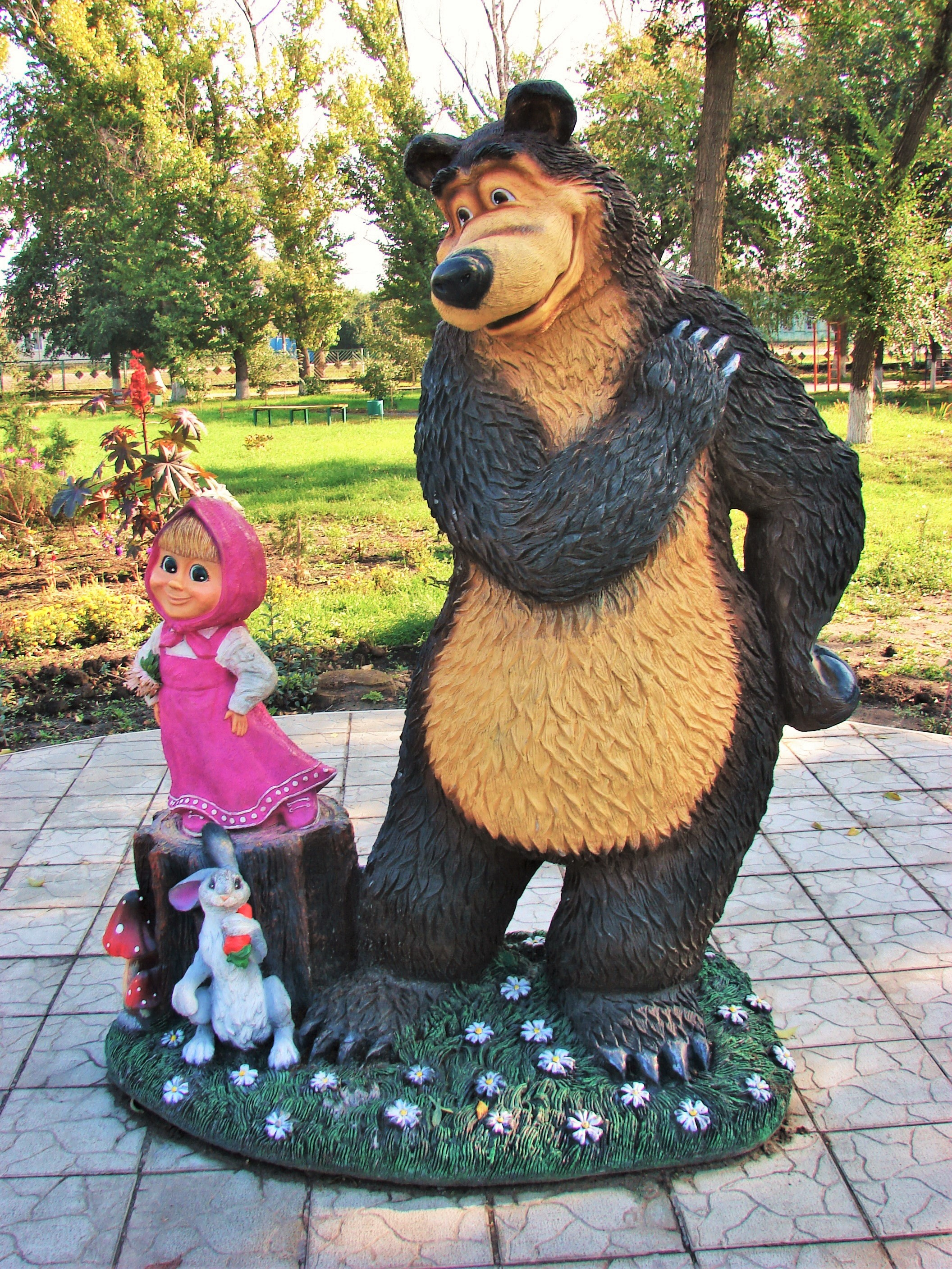 Sculpture_of_cartoon_characters_Masha_and_Bear_in_Yelan_(Volgograd_Oblast).JPG