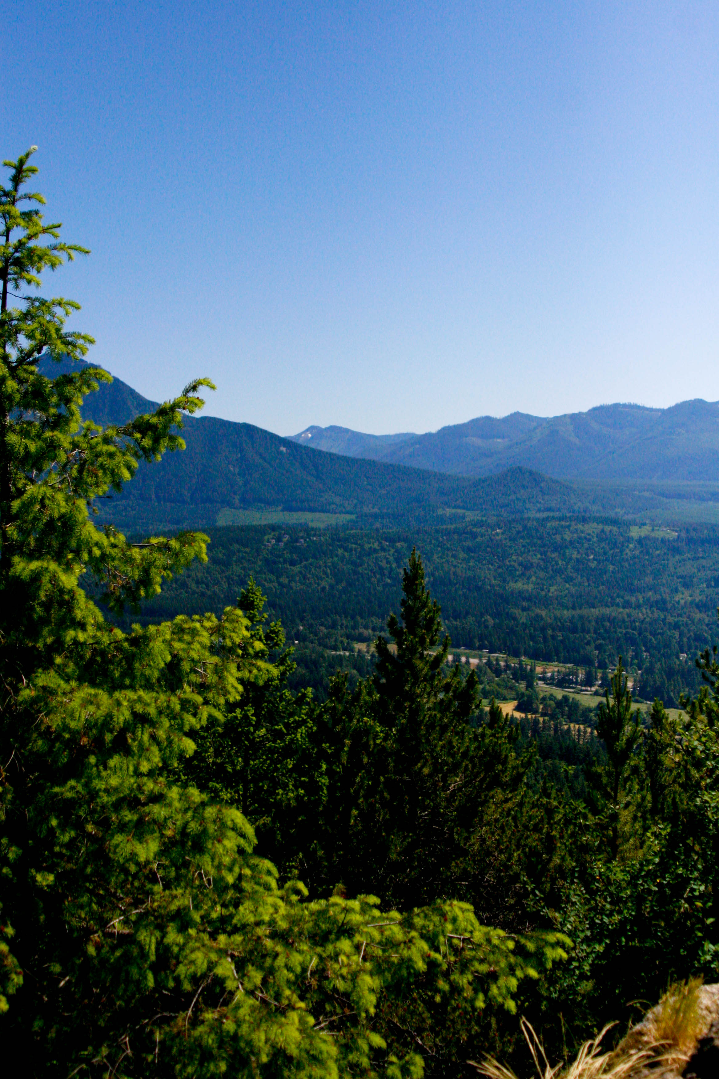 Little Si Round Trip – 4.7 miles Elevation Gain – 1,300 ft Difficulty – Easy to moderate depending on skill level  Directions: Traveling on I-90 East, approaching North Bend, take exit for 436th Ave SE and turn left. Head 0.5 miles on 436 Ave SE and take a left on SE North Bend Way. Proceed 0.3 miles and turn right on SE Mount Si Road. The main parking lot for Little Si will be 0.4 miles on your left as the road straightens out after the bend (if you pass 439 Pl SE or 440 PL SE, you have driven too far). There is an overflow parking lot west of the main lot tucked into SE Mt Si Rd and 434 Ave SE. There is a trail connecting the two. Be warned that both lots may be full on weekends. There are two toilets in the main parking just off the trailhead. Discover Pass is required.
