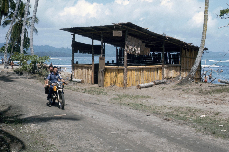 Bambú y Policía (Brenes) en Acción  Puerto Viejo  1988  CZ_001_015