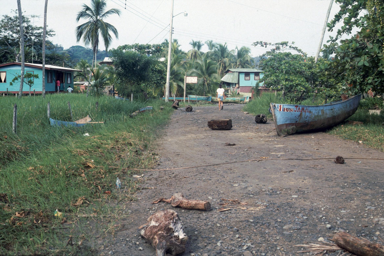 Botes en la Calle por Ola Grande    Puerto Viejo    1991    CZ_001_035