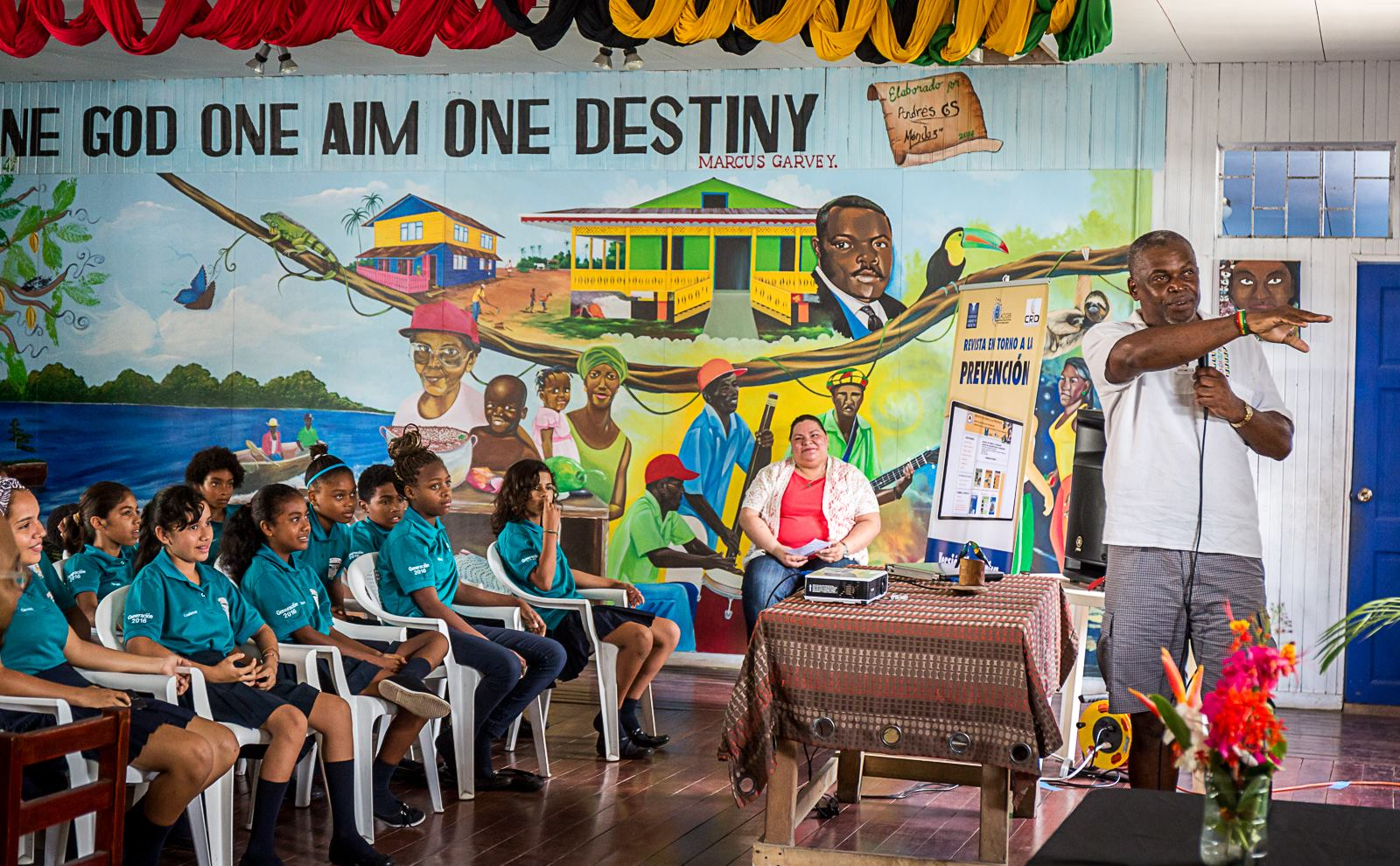 Edwin Patterson explains his story of the 1991 earthquake to students from the Liceo Puerto Viejo.Photo courtesy of Manuel Pinto.
