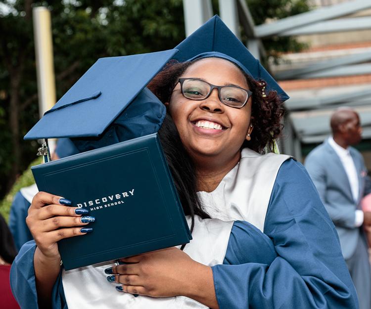 DiscoverylHS_Graduation-52_hug_web150.jpg