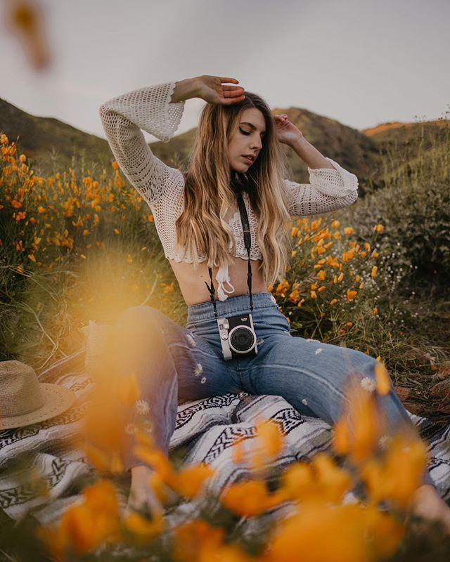 We're sitting on rocks and dirt don't worry 😅😂🧡🌼🌼 // model: @taylorrbrady