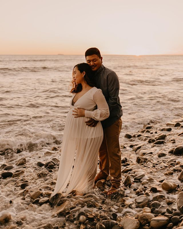 becoming a family of 3 👶🏻 Loved this sweet beach maternity session💙 // @maineymineymoo