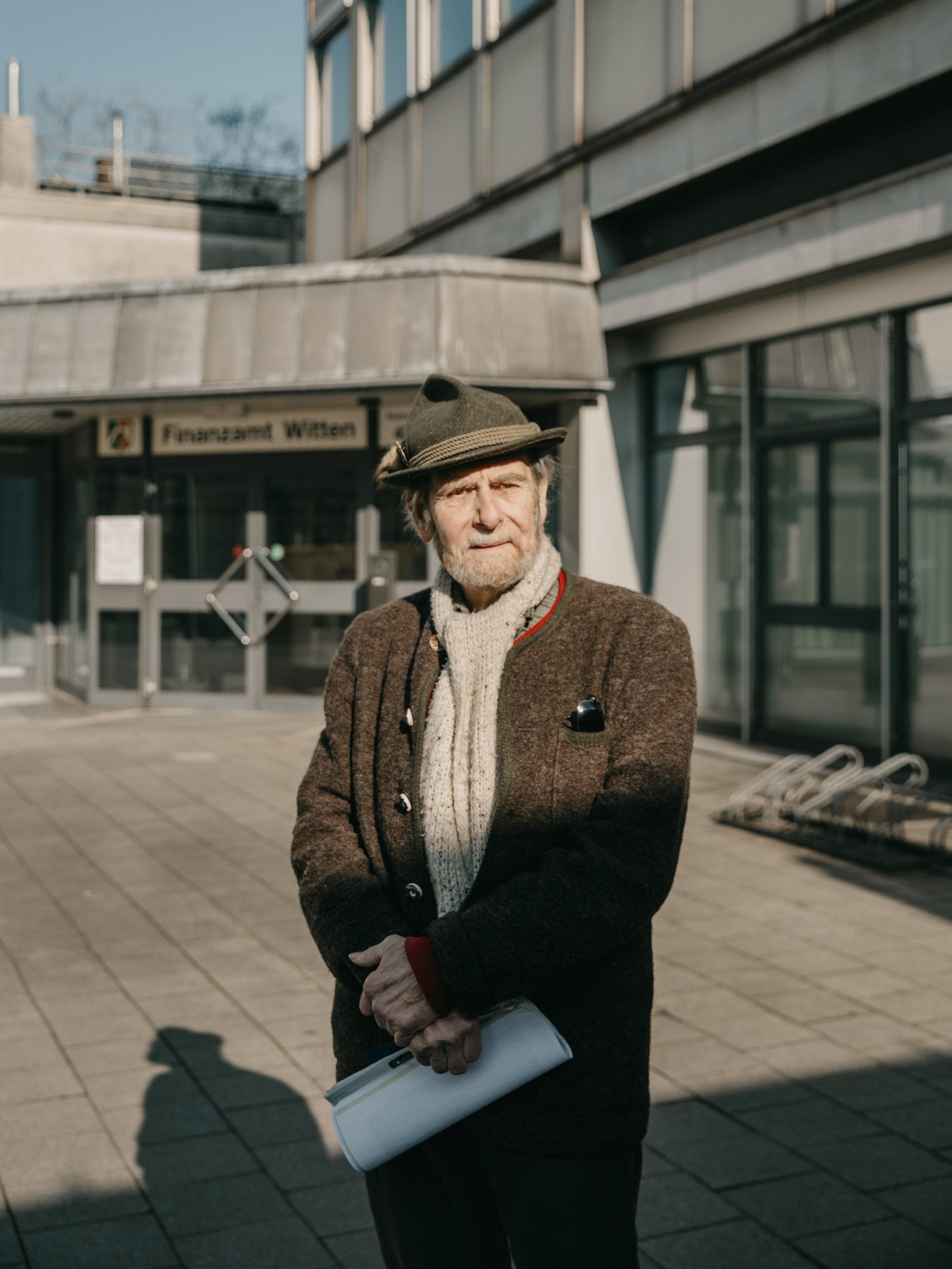 Steuerrebell Hans Rieschel klagt gegen die hohen Strafzinsen des Finanzamts. // Steuerrebell Hans Rieschel sues against the high penalty interest of the tax office.
