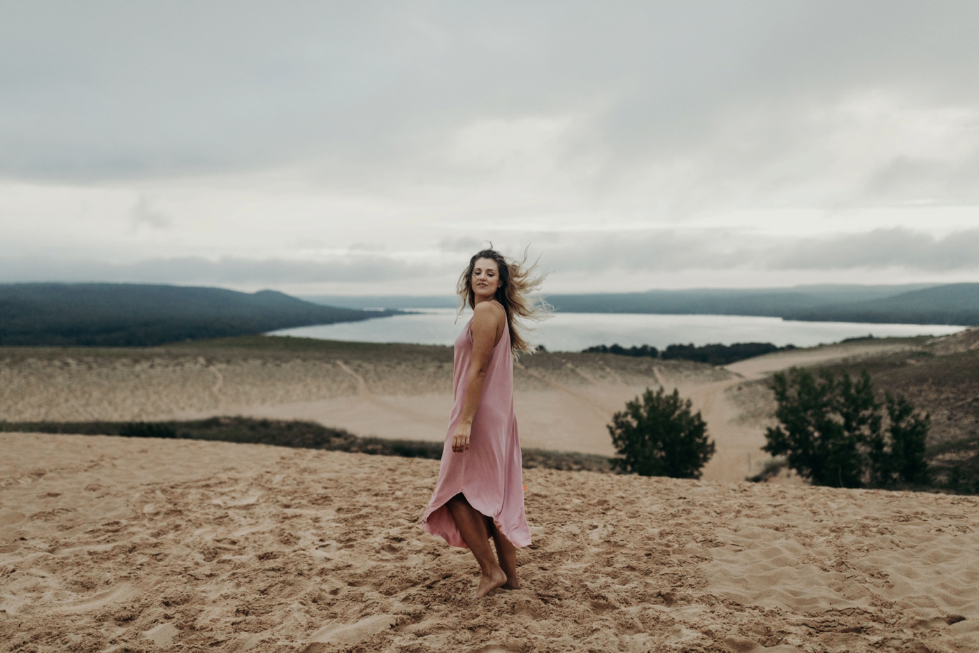 Sleeping_Bear_Dunes_Couples_Adventure_Session_Adventure_Wedding_Photographer_Hiking_with_Heels_Brett+Emily-67.jpg