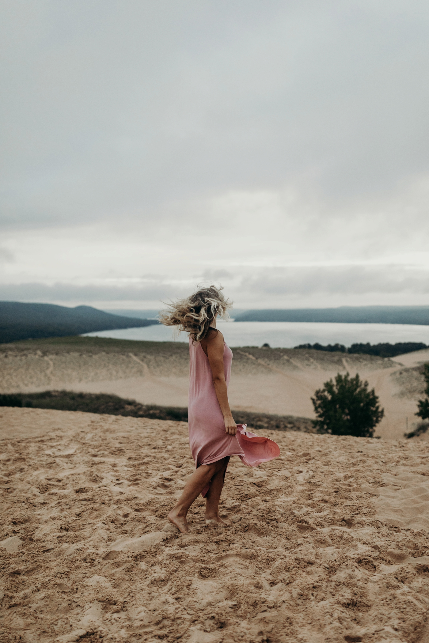 Sleeping_Bear_Dunes_Couples_Adventure_Session_Adventure_Wedding_Photographer_Hiking_with_Heels_Brett+Emily-68.jpg