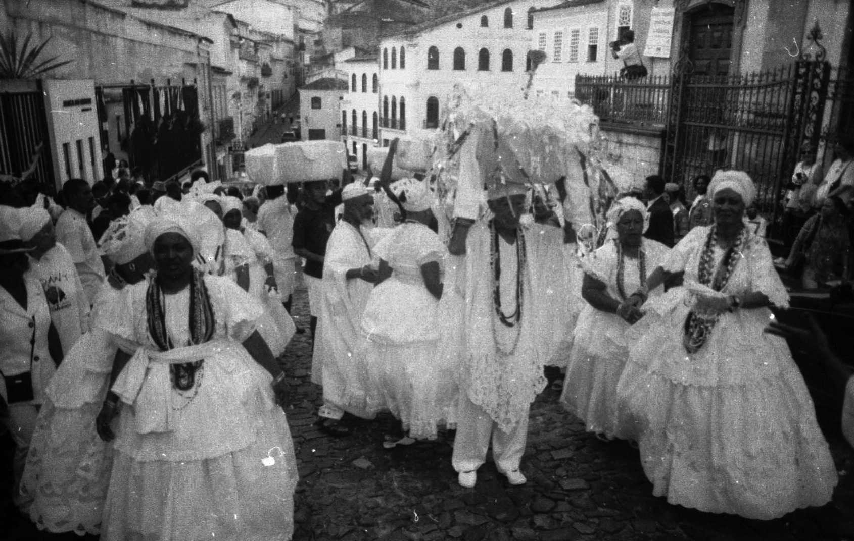 The people of the saint in Brazil during Candomblé. Photo by Lázaro Roberto.