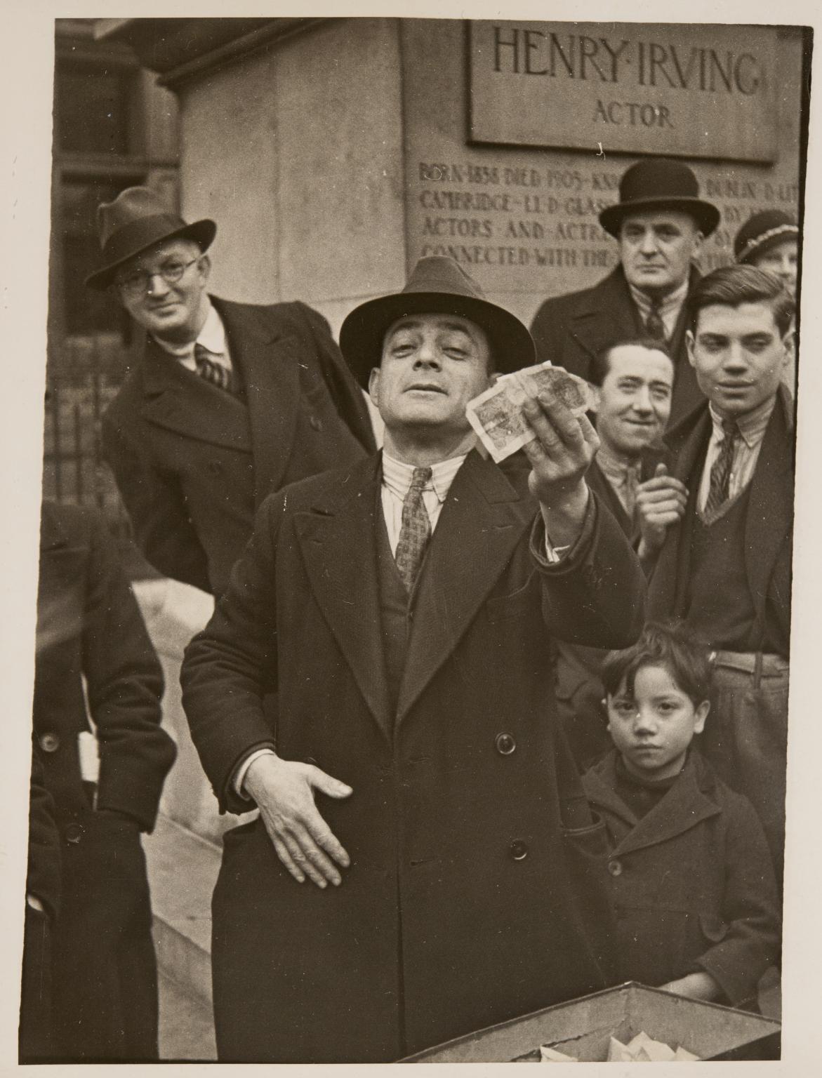 London, 1934 by Horacio Coppola.
