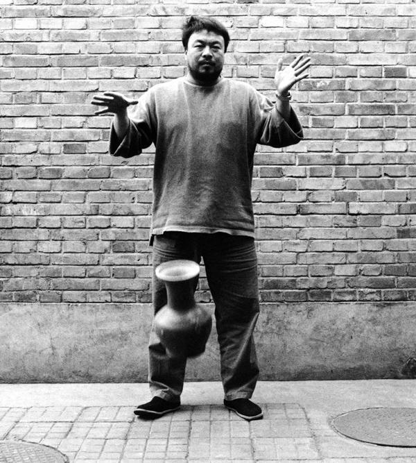 Dropping a Han Dynasty Urn , 1995 by Ai Weiwei.