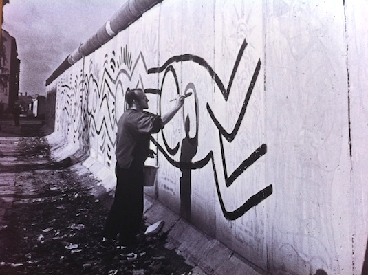 Keith Haring at work, Berlin Wall, 1986.