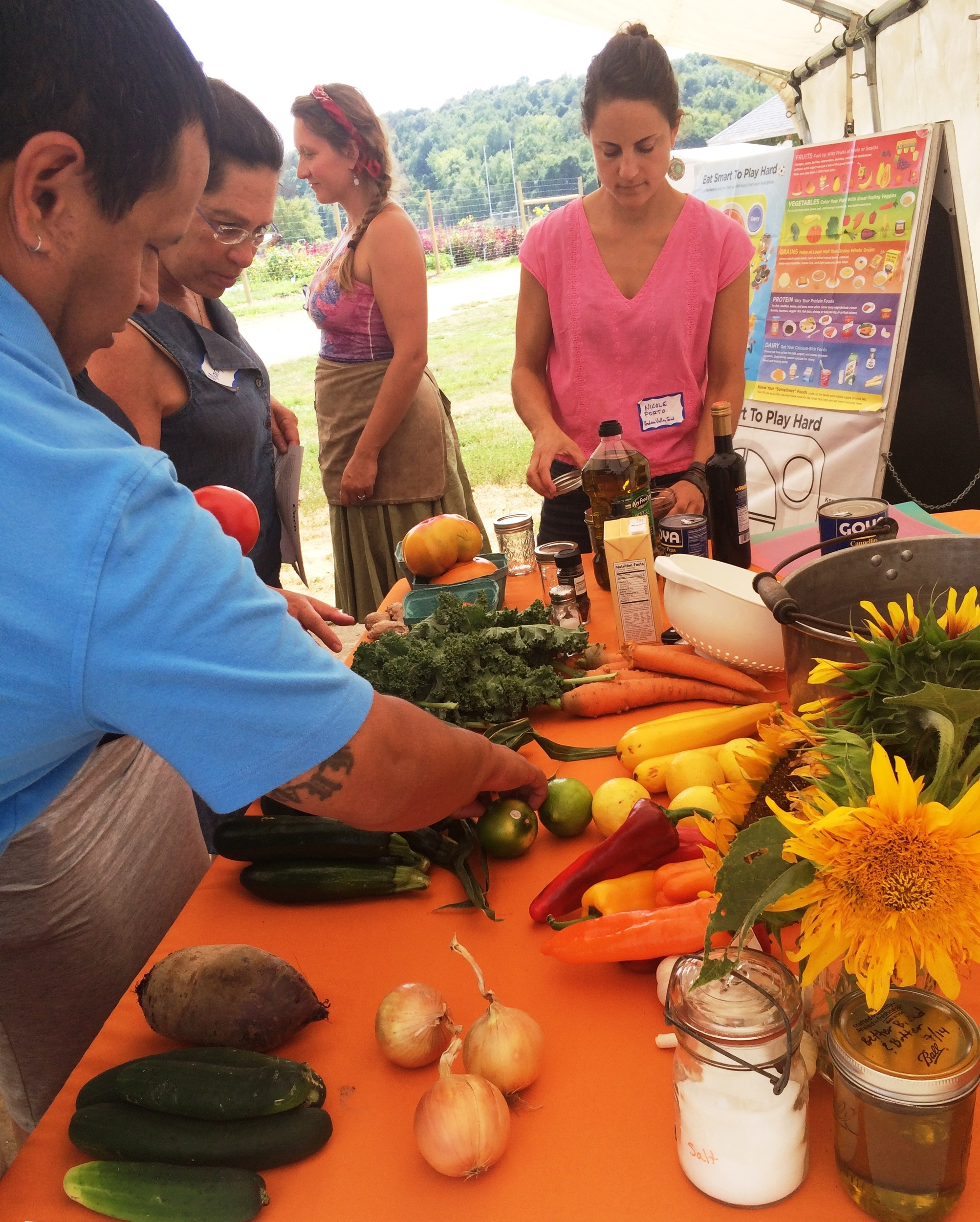 Using Gardens to Teach participants select vegetables for their teams to use in preparing healthy snacks.