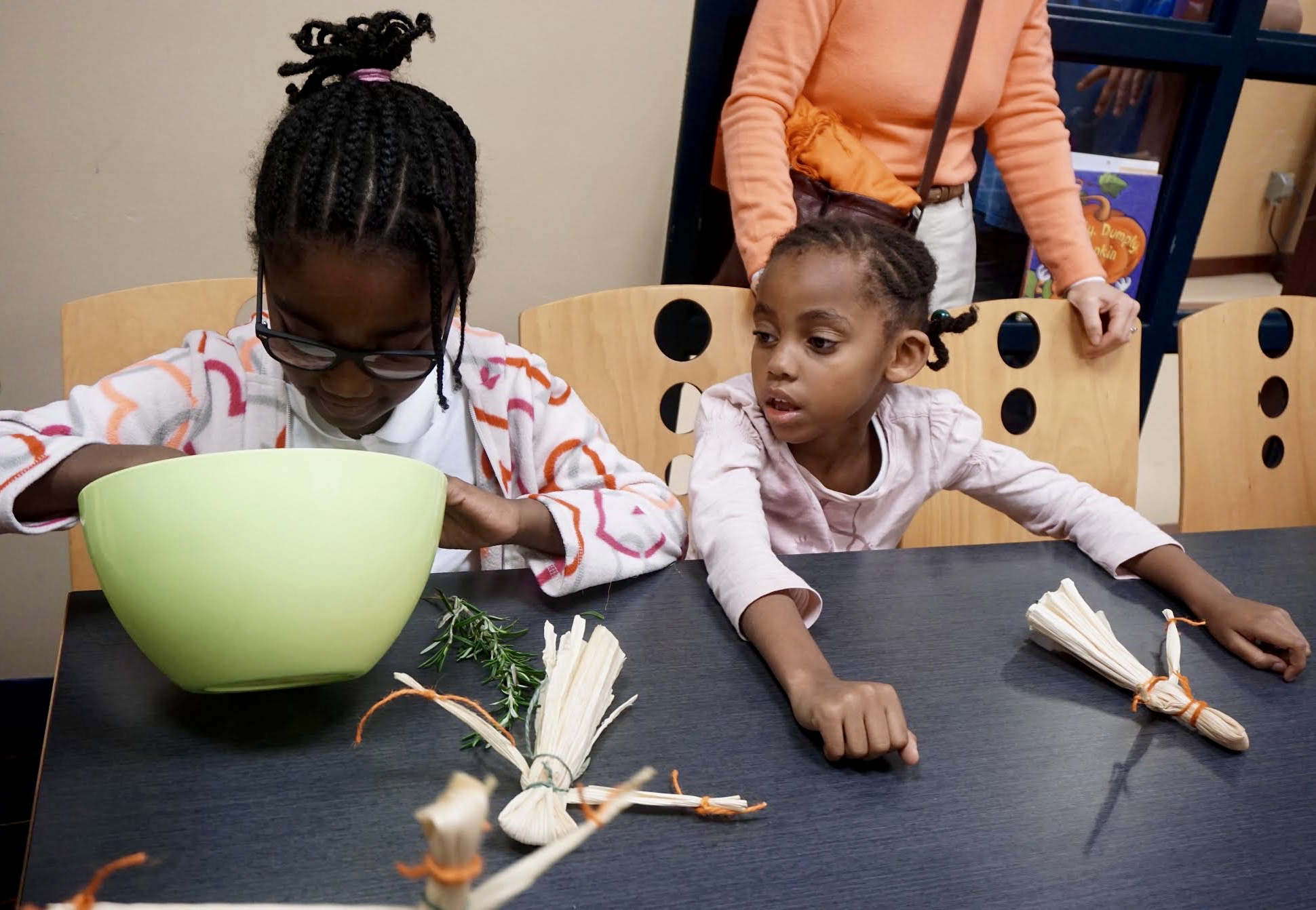 Photo by Eilif Ronning, Media Intern Children inspect the rainbow popcorn kernels they are about to eat.