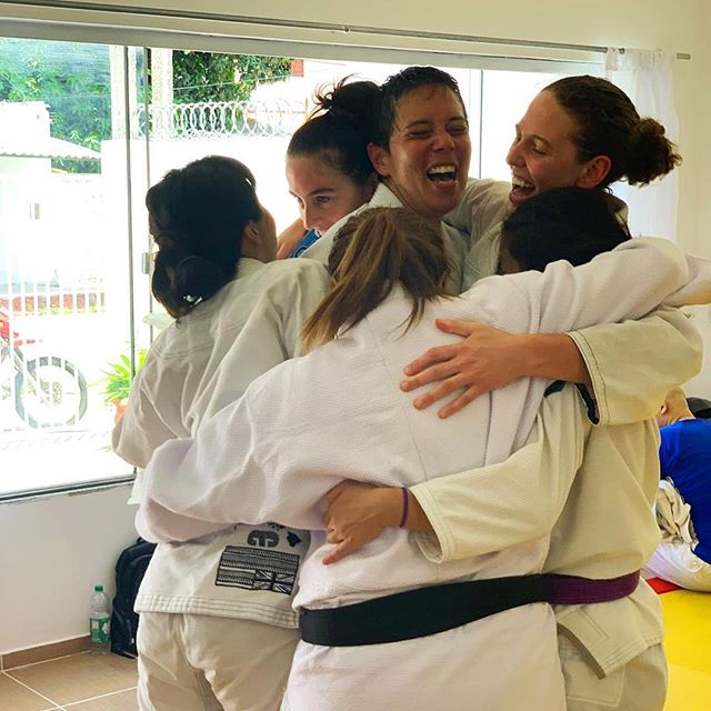 Post-training ritual: show some love via group hug! 💙 What's your post-training ritual?👇🏻 . #jiujitsuparamulheres #jiujitsugirls #bjjgirls #braziltrip #faixaazul #teammates