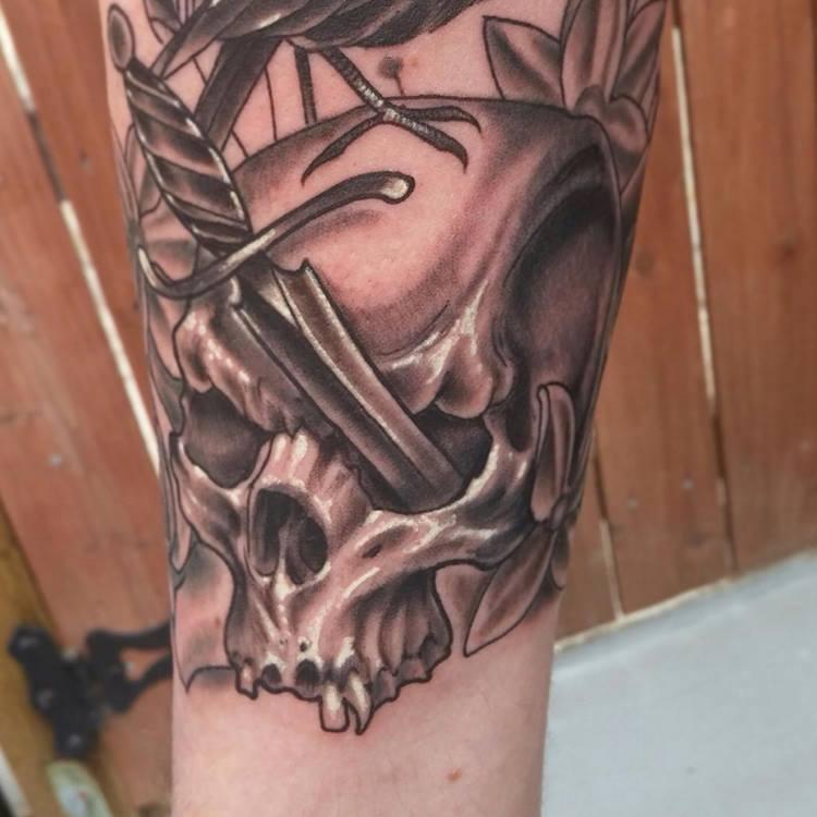 paul_deters_crow_skull_dagger_blackandgrey_tattoo_losangeles.jpg