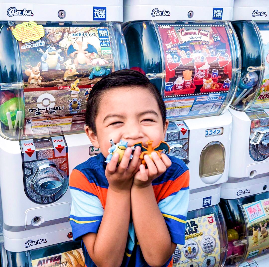 An attendee poses with his gachapon toys. Image via  @cbtxdbt .