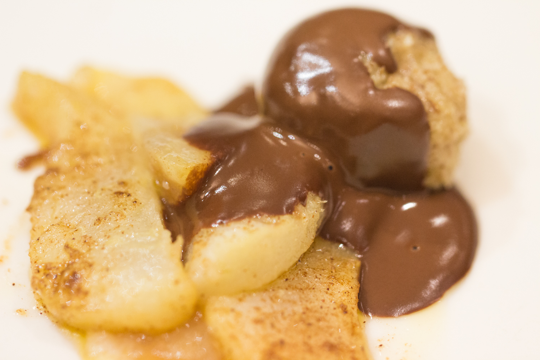 Peras con crema de almendras y salsa de chocolate.