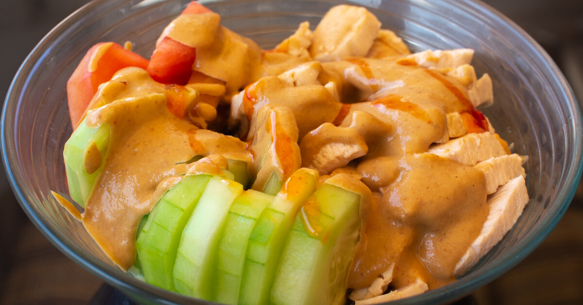 Bowl de pollo y vegetales con salsa de maní