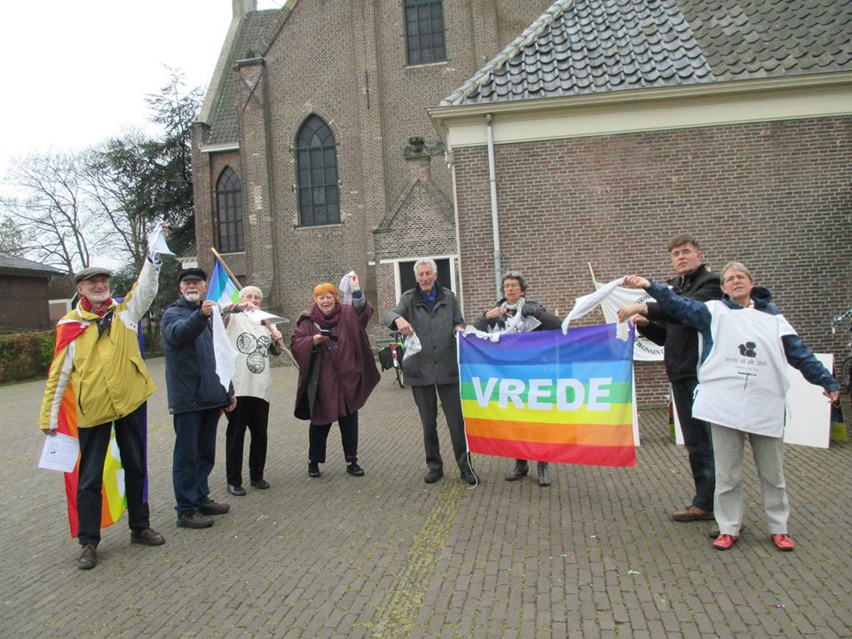 the peace-group in Zaandam (the Netherlands) waved goodby to the nukes! de vredesgroep in Zaandam wuifde de kernwapens weg!