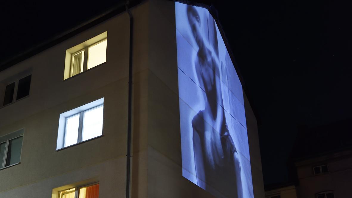 42xxx Kai Fobbe Regina Advento  Videoinstallation Simonstr. c Public Art