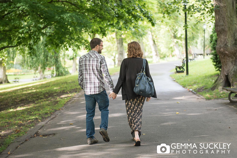 couple walking in valley gardens in harrogate