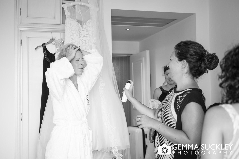 bridesmaids getting ready in Lake Garda