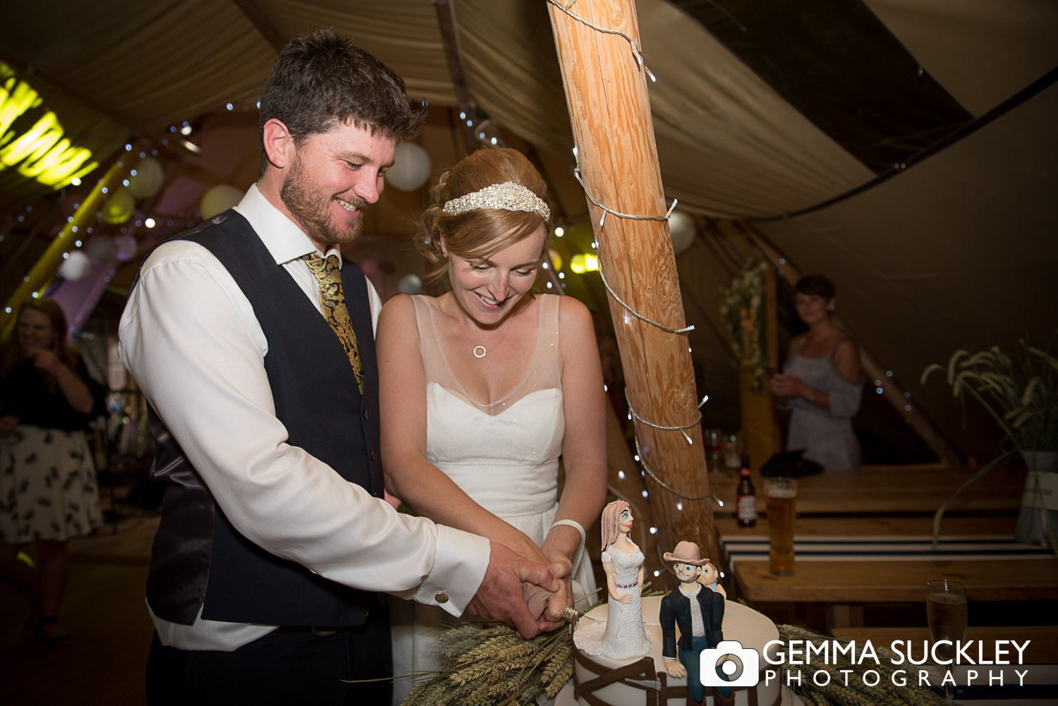 bride and groom cutting their wedding cake at Oaklands in driffield