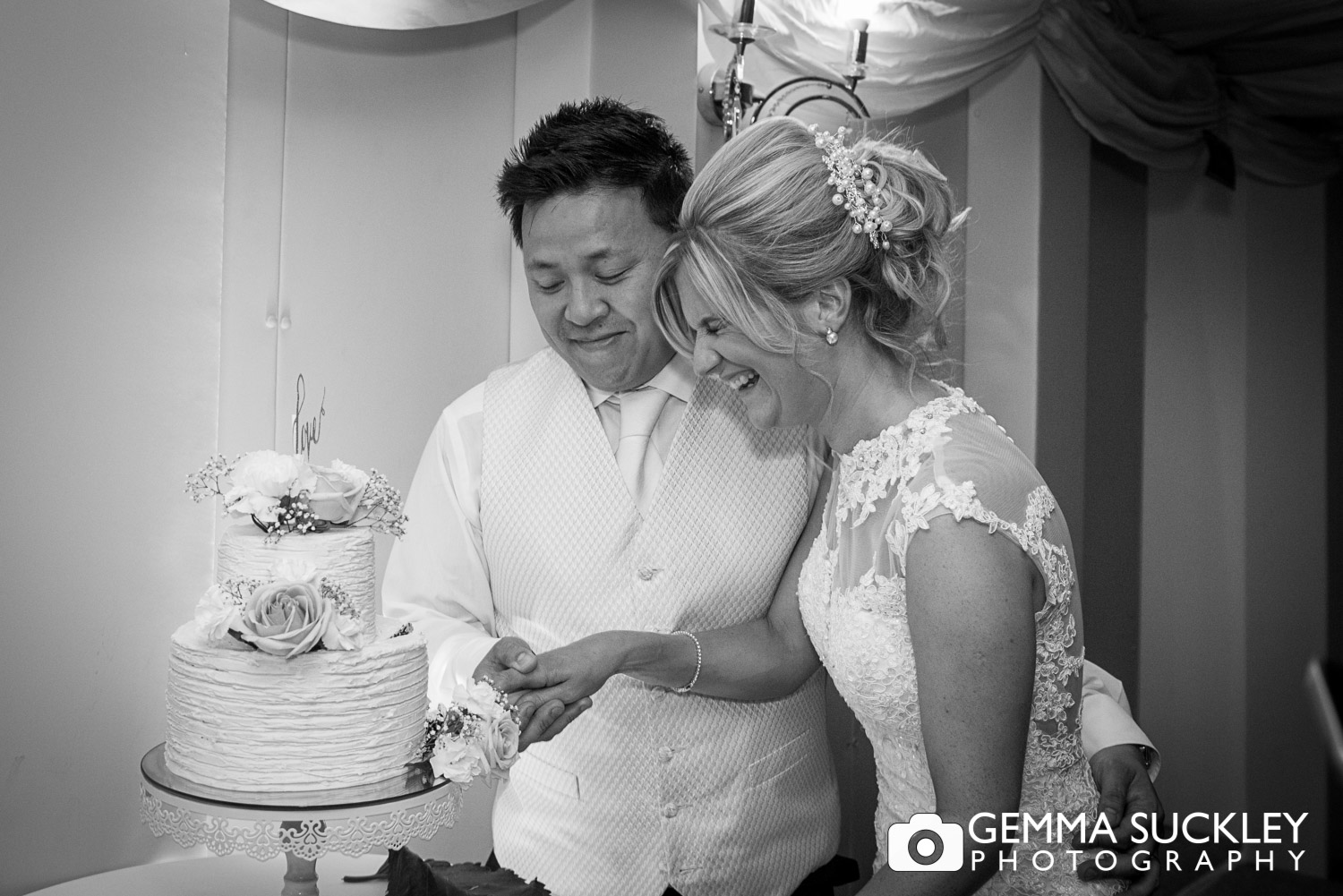 bride-and-groomcutting-the-cake-at-moorlands-inn.JPG