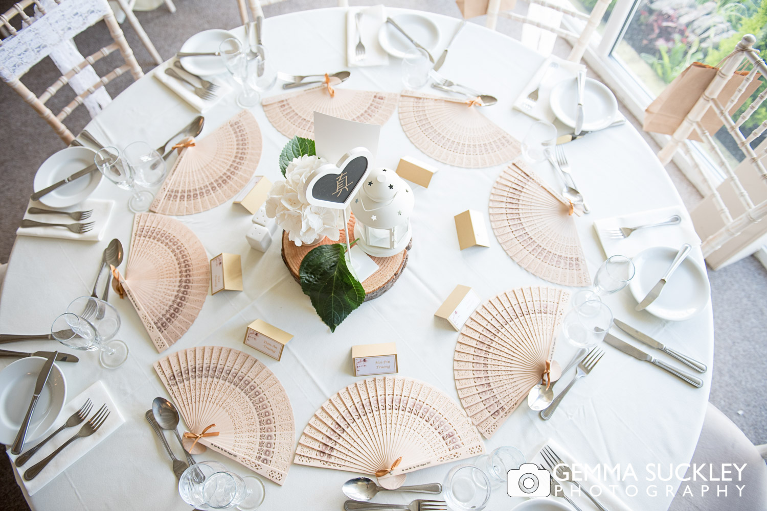 chinese themed wedding table with fans
