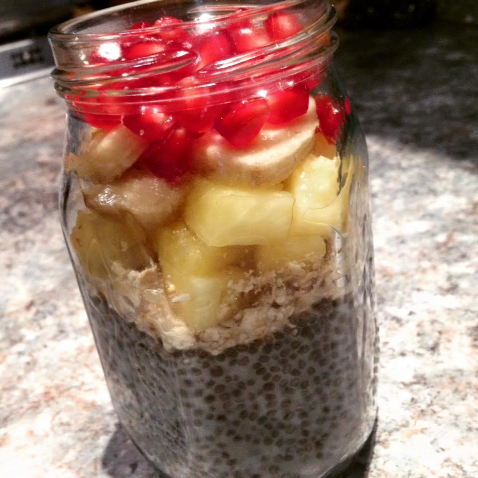 Ghia-pudding zabbal, ananásszal, banánnal és gránátalmával.