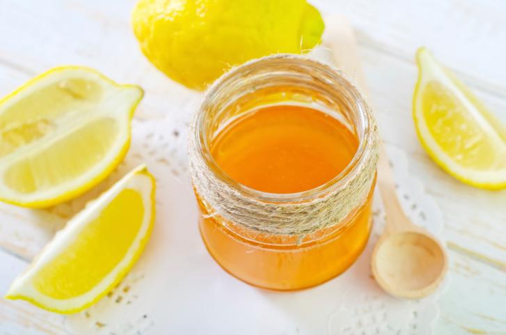 Citron Miel  Utilisez le pouvoir merveilleux du citron pour diminuer les imperfections. L'acide citrique contenu dans le citron attaque les pigments de votre peau responsable de rougeurs ou de décolorations disgracieuses et les neutralise. Le jus de citron va donc rendre les imperfections moins visibles  Mélangez deux cuillères à soupe de miel et une cuillère à soupe de jus de citron avec une pincée de curcuma. Rincez à l'eau froide après 10 minutes. Si vous l'appliquez uniformément, cette mixture fonctionne bien.  .