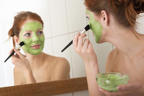 Faites-vous un bain de vapeur une fois par semaine  Cela vous aidera à ouvrir les pores, à éliminer les résidus, les impuretés. Une fois que vous avez terminé votre bain de vapeur, les pores seront bien ouverts  Place au Masque d'argile :  Un masque à l'argile est très utile pour nettoyer et resserrer les pores dilatés du visage surtout quand vous avez une peau mixte ou grasse.  l'argile absorbe le sébum de votre peau, lui donnant une belle sensation de serrage et une texture raffinée, ce qui signifie que vos pores dilatés apparaissent plus petits.  L'argile tire la saleté de vos pores et réduit l'inflammation de la peau, contribuant à faire apparaître les pores plus petits et avoir une peau purifiée, plus douce et un teint plus clair.  Le type d'argile utilisé pour les pores dilatés dépend du type de votre peau :  L'argile verte est recommandée pour la peau grasse, tandis que l'argile blanche est pour la peau sèche L'argile jaune est pour la peau grasse très sensible. L'argile rouge est pour la peau sèche très sensible, pareil pour l'argile rose, alors que l'argile bleu convient à tous les types de peau.  Il est important de savoir que les masques à l'argile peuvent trop sécher et irriter votre peau si vous les utilisez trop souvent.  Il est recommandé d'utiliser l'argile 1 fois par semaine au maximum pour bien resserrer les pores dilatés.   Faire un masque à l'argile    Versez de l'argile verte ou blanche dans un bol (non métallique), ajoutez de l'eau minérale, de l'eau de rose ou de l'eau de fleur d'oranger (environ une cuillère à soupe d'argile + 1,5 fois le volume d'eau) attendez que le mélange argile/eau fonde, puis petit à petit, battez avec une spatule en bois, jusqu'à l'obtention d'une pâte fluide non liquide, crémeuse, mais pas épaisse.  Sur les peaux fragiles, ajoutez à l'argile quelques gouttes d'huile d'argan ainsi qu'une goutte d'huile essentielle de rose, de géranium ou de néroli.  Mais n'ajoutez que l'huile d'argan et l'huile essentielle seulement au