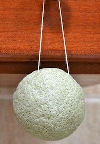 séchage éponge de konjac  Pour conserver et  entretenir l'éponge konjac  c'est assez simple. Après chaque utilisation rincez la bien, surtout si vous l'avez utilisé avec des produits cosmétiques (masques,crèmes, démaquillant, etc). Ensuite, essorez la et laissez la reposer au sec. Pour plus  d'hygiène , la plupart des éponges sont vendues avec  un cordon  qui permet de l'accrocher quelque part dans la salle de bain. De cette manière vous éviterez d'avoir à la poser dans des endroits qui ne sont pas toujours propre.