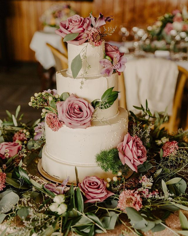 Wedding Season 💕Still taking orders for 2019! Email megan@heartwoodandco.com for inquiries. • • • #yyjbride #yyjcake #yyjweddings #yyjwedding #yyjweddingcake #weddingcake #cakes #cake