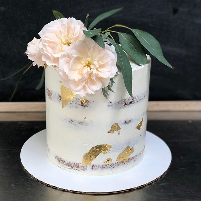 Sometime just a simple cutting cake is all you need 👌🏼 • • • #yyjfood #yyjcakes #yyjcake #yyjbridal #yyjbride #yyjweddingcake #yyjweddings #weddingcake #cuttingcake #cake #ediblegold #nakedcake #floralcake #rusticcake
