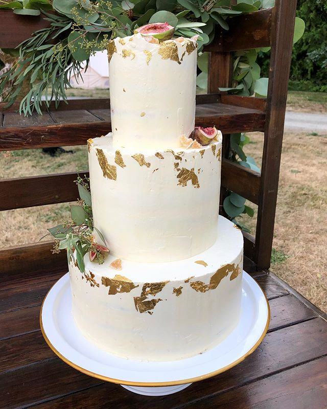 Layers of coconut cake whipped cream cheese filling and passion fruit pulp. Iced with vanilla icing. A perfect outdoor summery wedding cake. ❤️☀️🥥 • • • #yyjfood #yyjweddings #yyjweddingcake #weddingcake #cake #cakesofinstagram #weddings #weddingcakes #yyjbride #yyjbridal #yyjwedding #layeredcake #goldleafcake #summercake