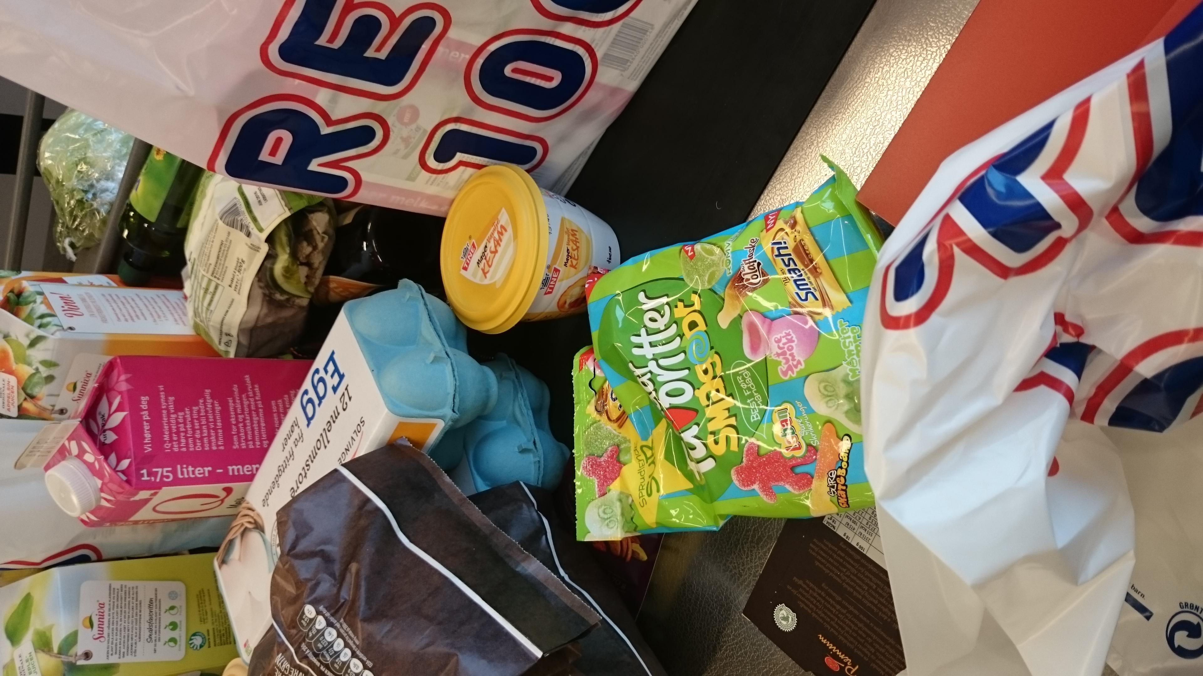 Sjokolade, lørdagsgodteriet, iskrem skal selvfølgelig også oppi handlevognen ;-) Da vet vi hvor mye vi har i hus og det er lett å begrense at vi ikke spiser for mye - eller for lite ;-).
