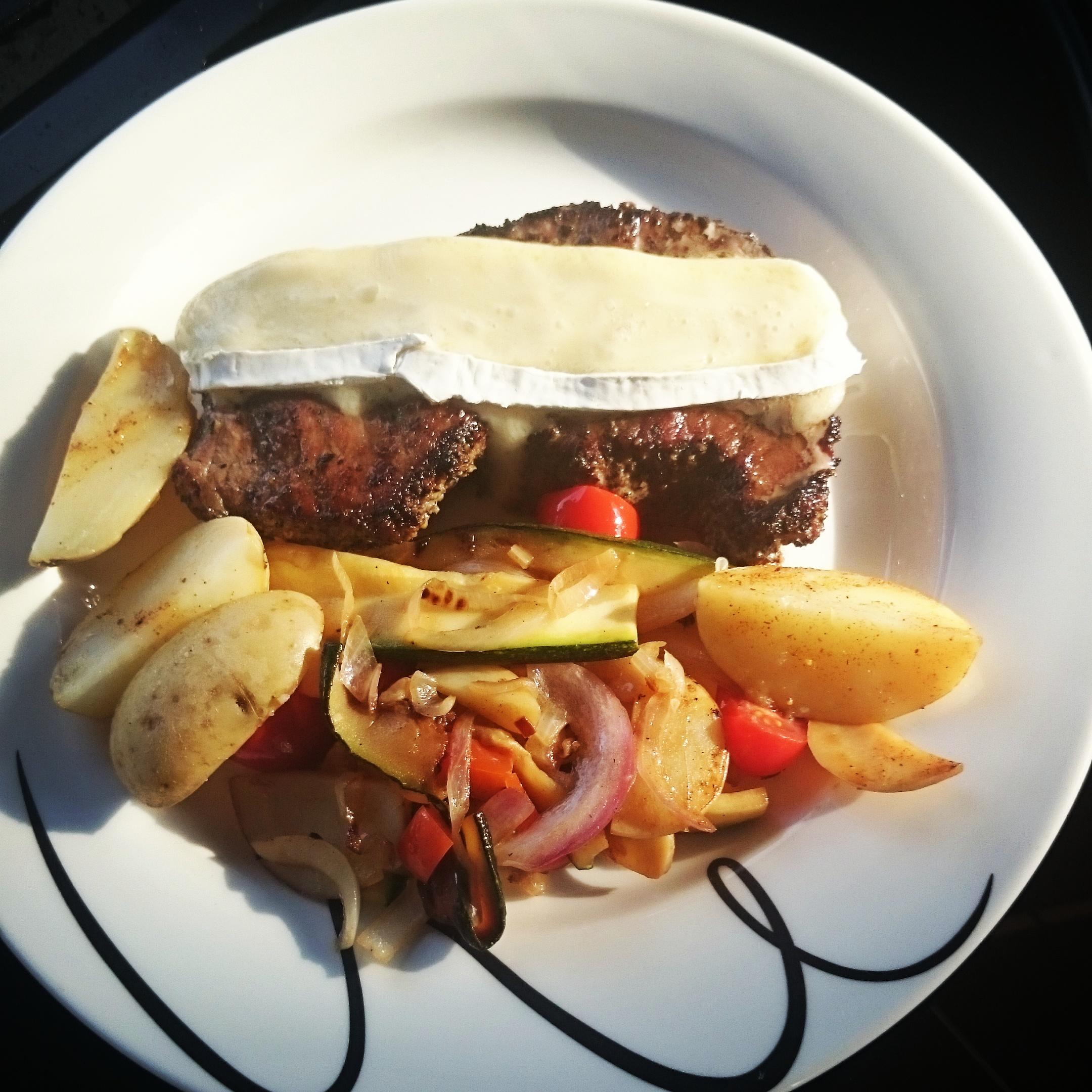 Biff med ovnsbakte poteter og masse grønnsaker :-) Enkelt, sunt og godt. :-)