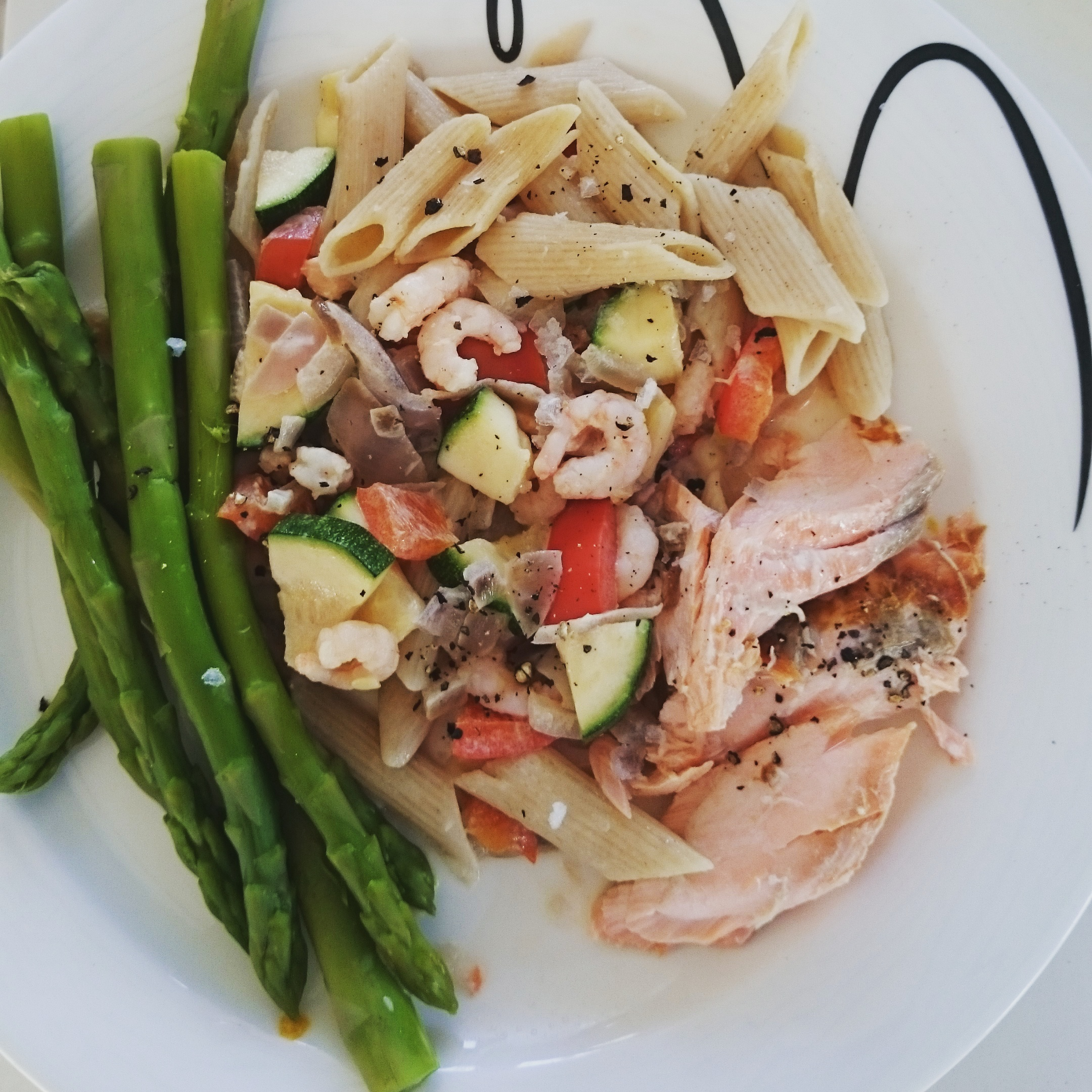 Middagsrett på 15 min: Asparges, ovnsbakt/grillet laks med pasta. Saus til pastaen: Rødløk, paprika, squash, hvitløk, chili (kan sløyfes) matfløte, oystersaus (fås på Rema) salt og pepper, urter (basilikum passer bra) og reker. :-)