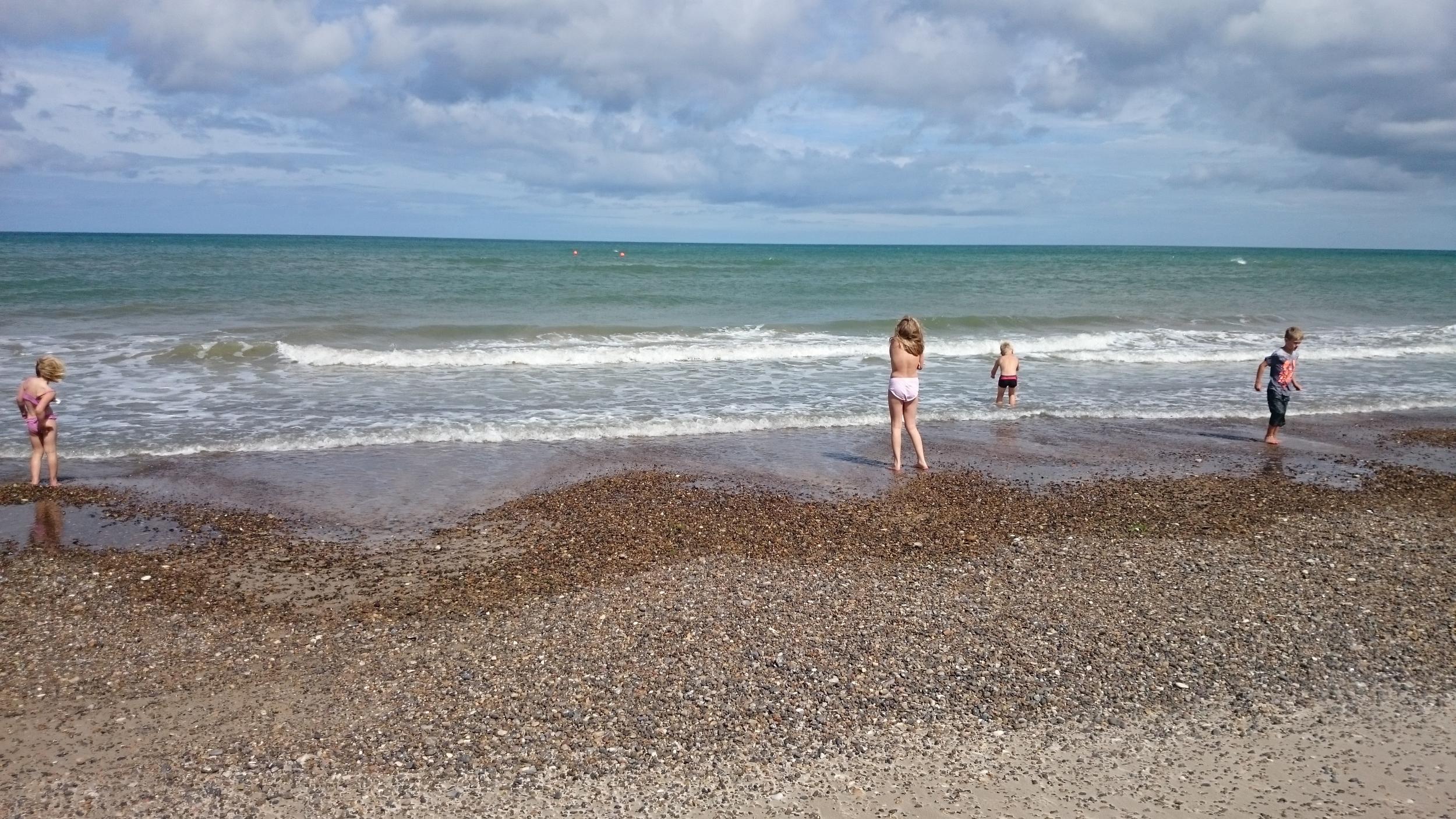 Våre barn på stranden på Slettestrand i Danmark. Et herlig sted for alle. :-)