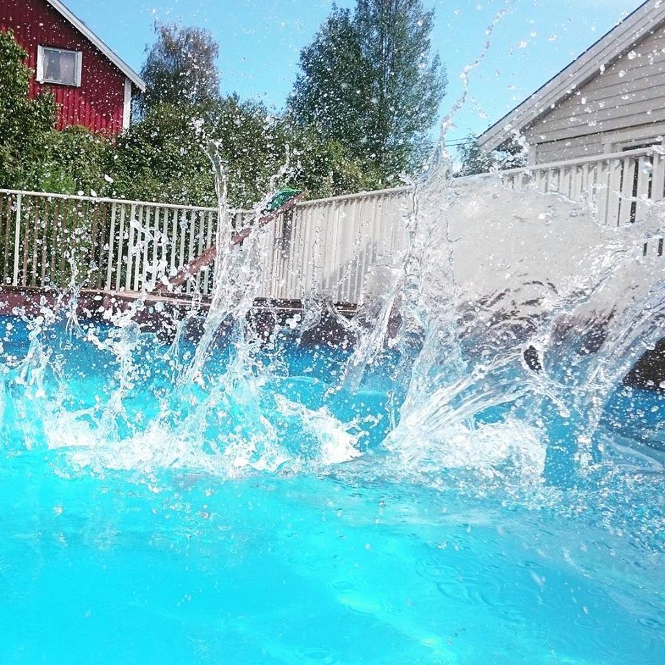 Alle fire barna vil ha badeselskap og det skjønner jeg godt. Vann er gøy! :-)