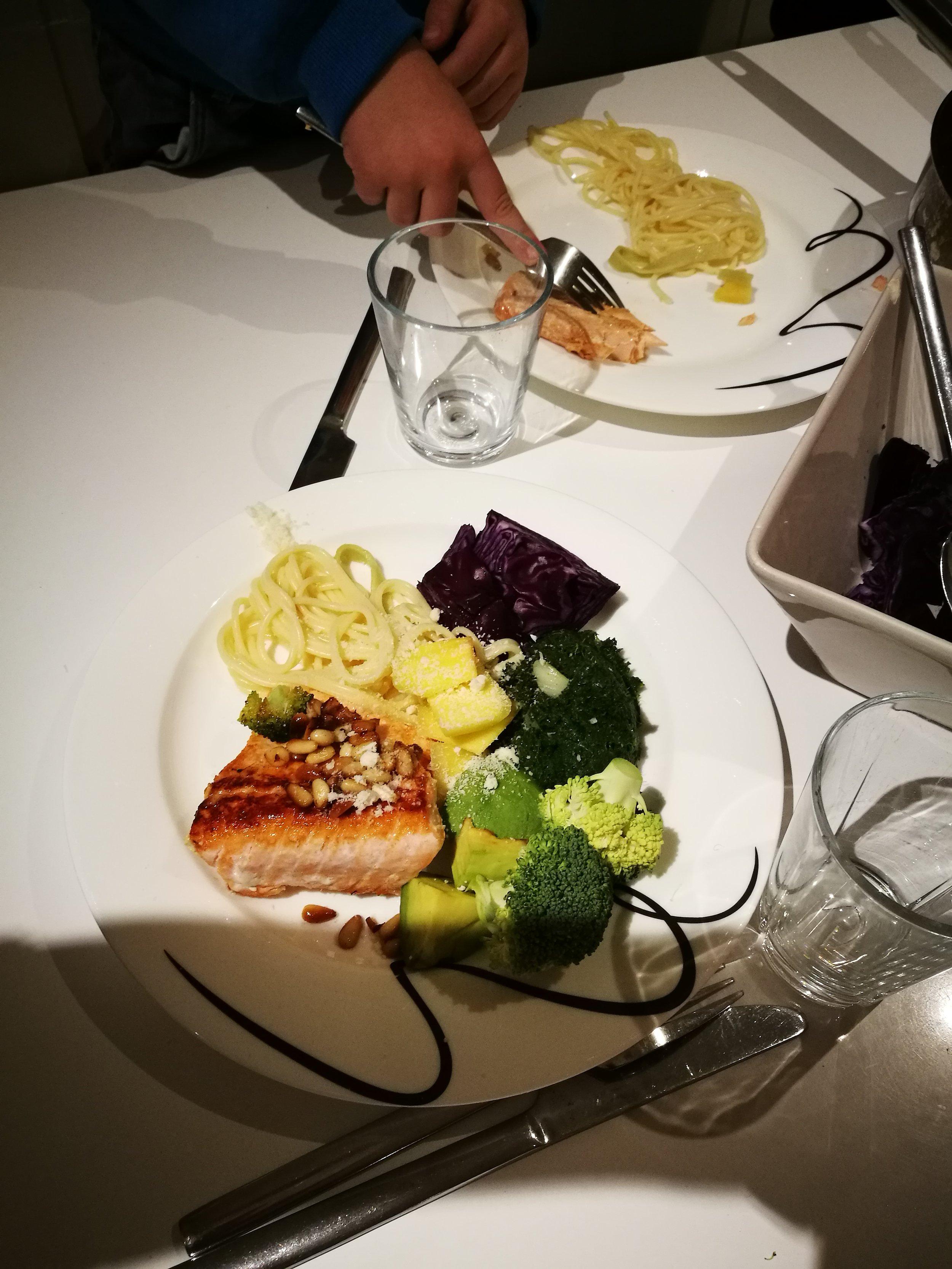 God mat er en viktig del av et godt liv. Maten skal se god ut, skal lukte godt og smake godt - og den skal også gjøre godt. Det er mulig med enkle hjelpemidler og gode råvarer - også i en hektisk hverdag. Ta gjerne kontakt med gry@merkes.no om du ønsker mer informasjon.