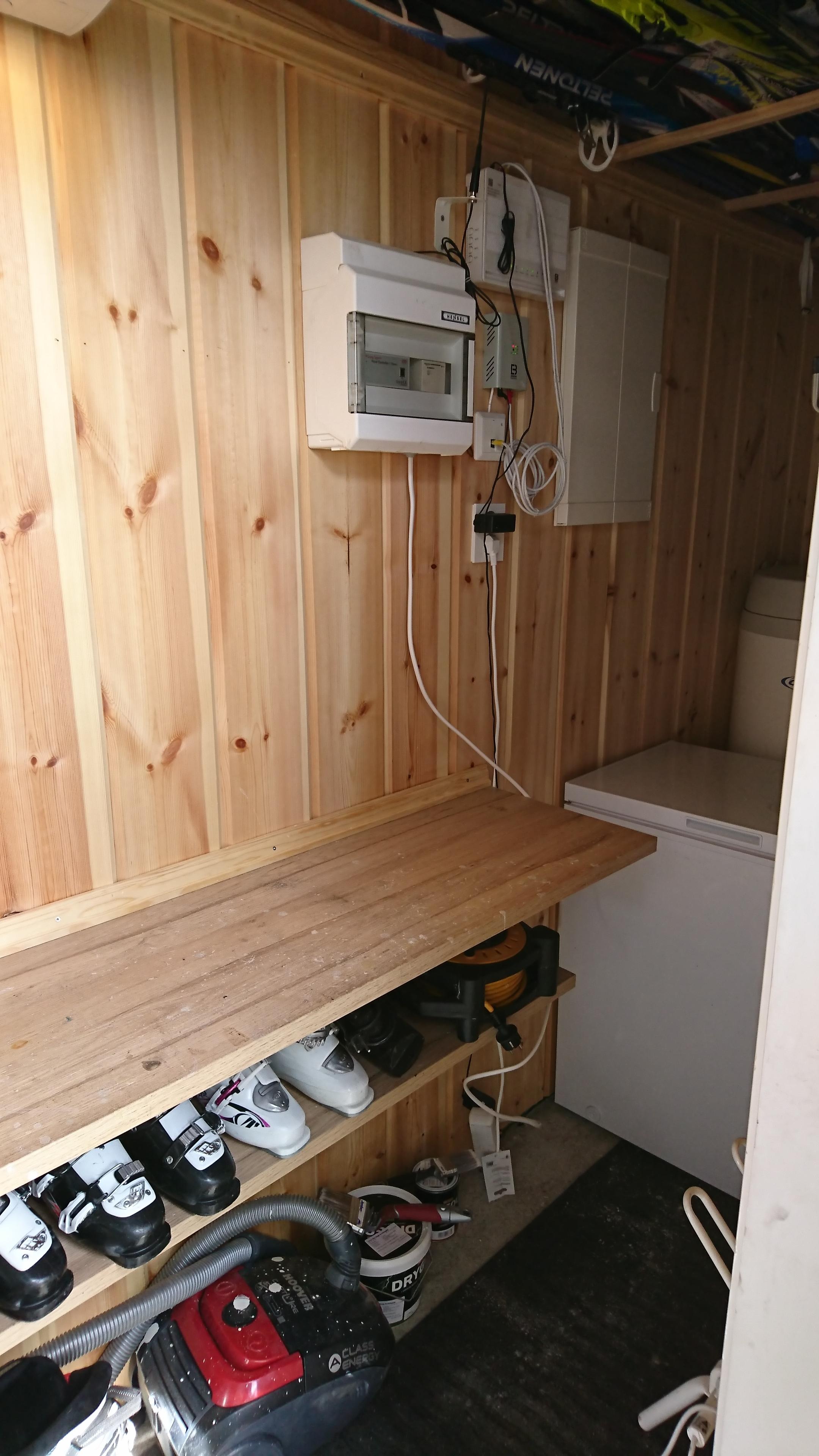 Her er smørebod, trådløst nettverk og stoppekran for vann bak fryseren. Den kranen kan være litt vanskelig å finne frem til.  Hvis det er trøbbel med nettverket så kan det være lurt å ta av strømmen i noen sekunder og starte på nytt.  Nøkkelen til boden ligger på kommoden på det store soverommet i første etasje.