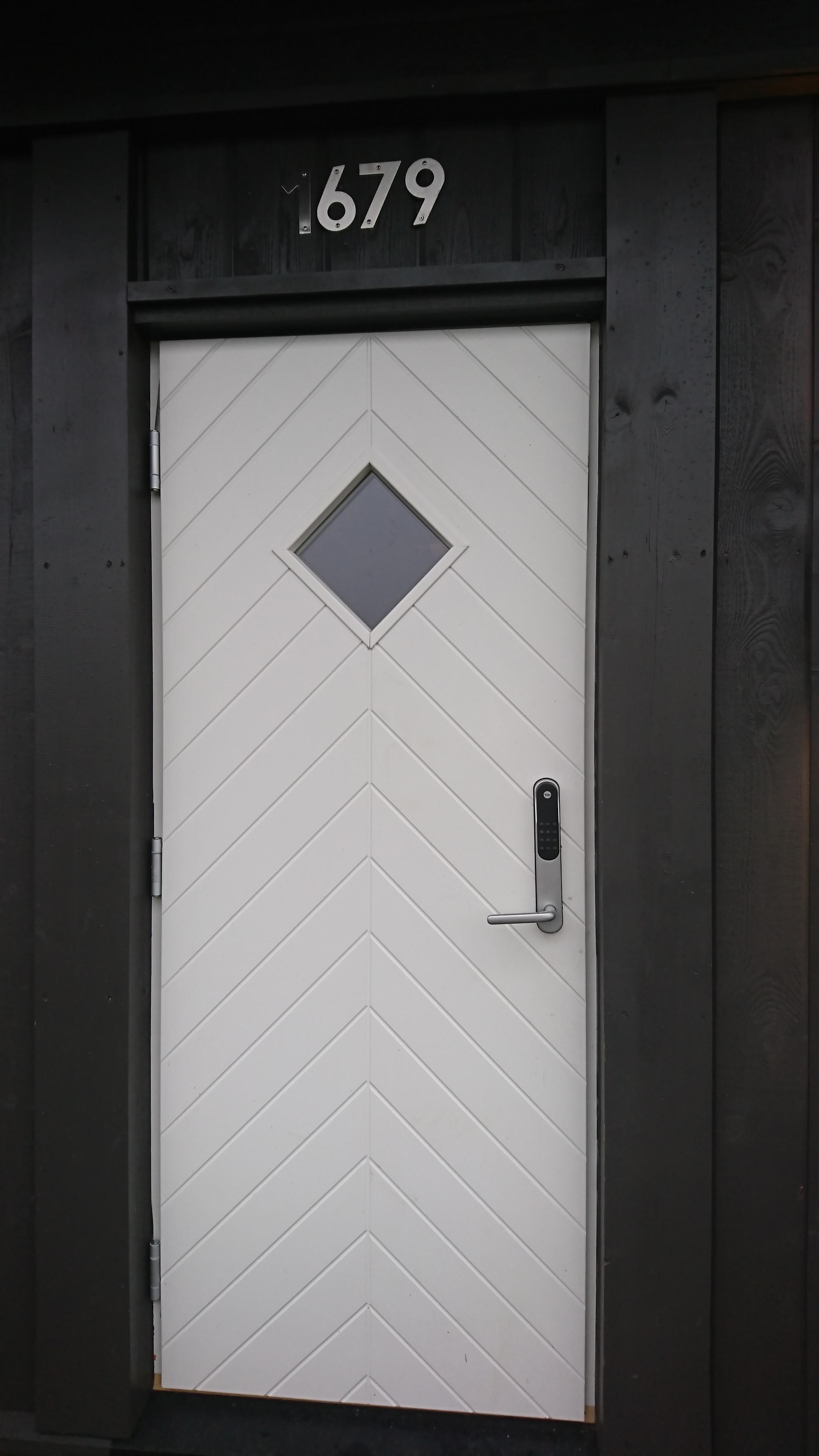 Hytta er nr. 1679 og har kodelås. Nøkkel til boden ligger i en liten boks på benken med skuffer. I boden er også kran for vanntilførsel.